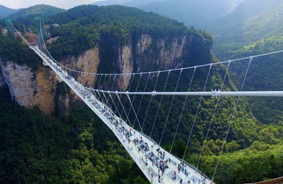 Inauguran el puente de vidrio más grande del mundo